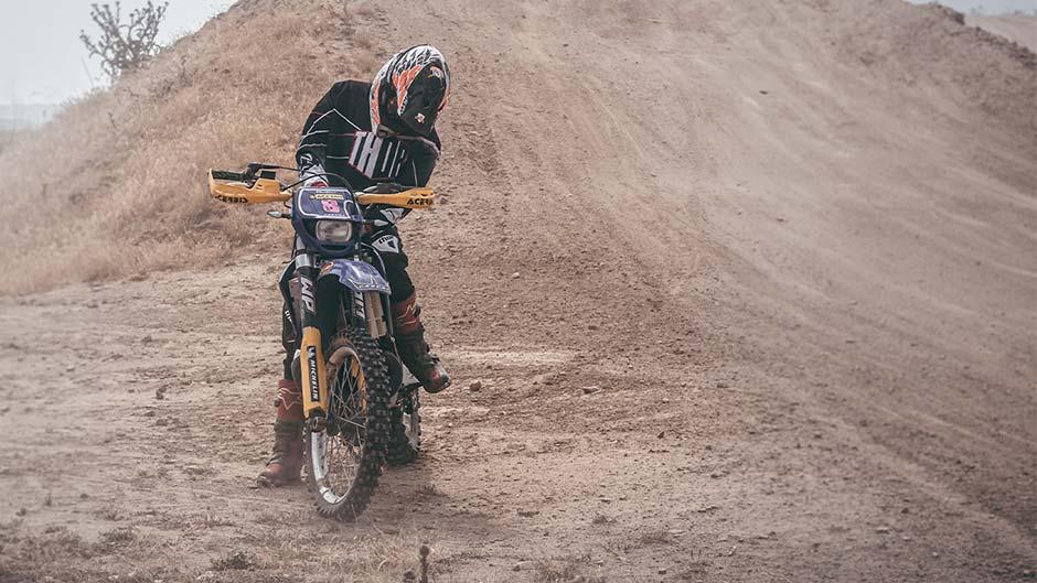 piloto de motocross a un lado por dolor de antebrazos