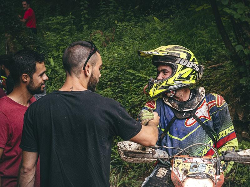 Amigos en moto de campo